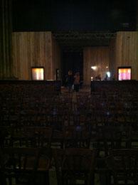 l'allée centrale est recouverte de chaises sur le labyrinthe